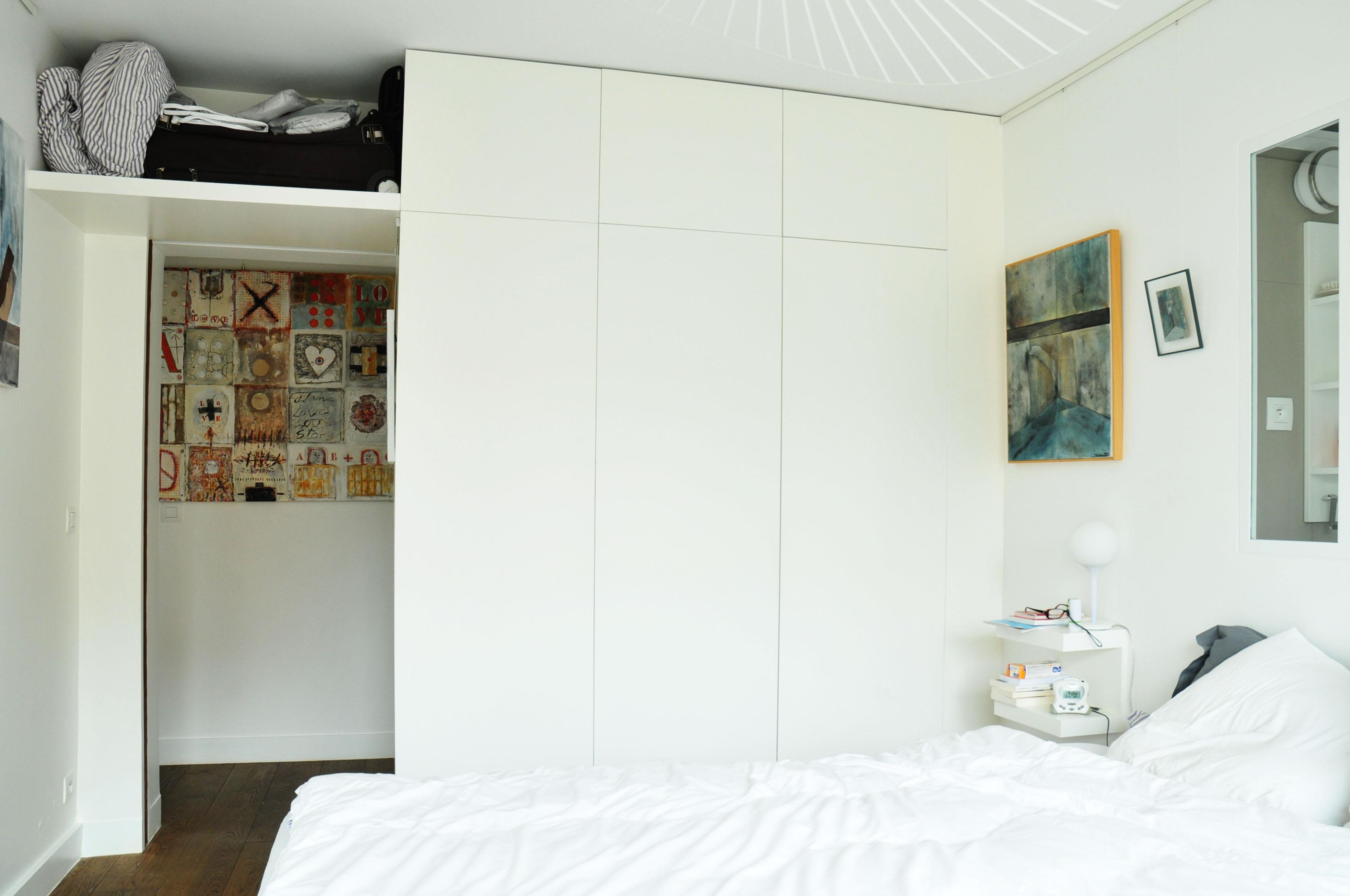 placard et table de chevet bois d 39 iris. Black Bedroom Furniture Sets. Home Design Ideas